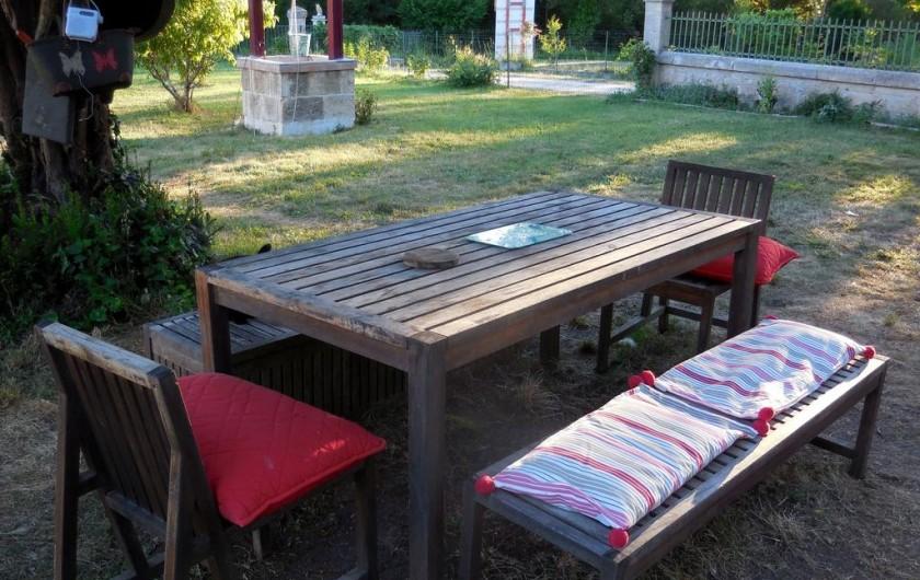Location de vacances - Chambre d'hôtes à Laruscade - Grande table de jardin pour les repas