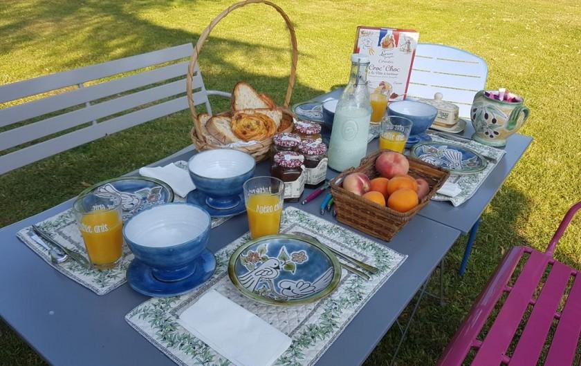 Location de vacances - Chambre d'hôtes à Laruscade - Petit-déjeuner dans le parc