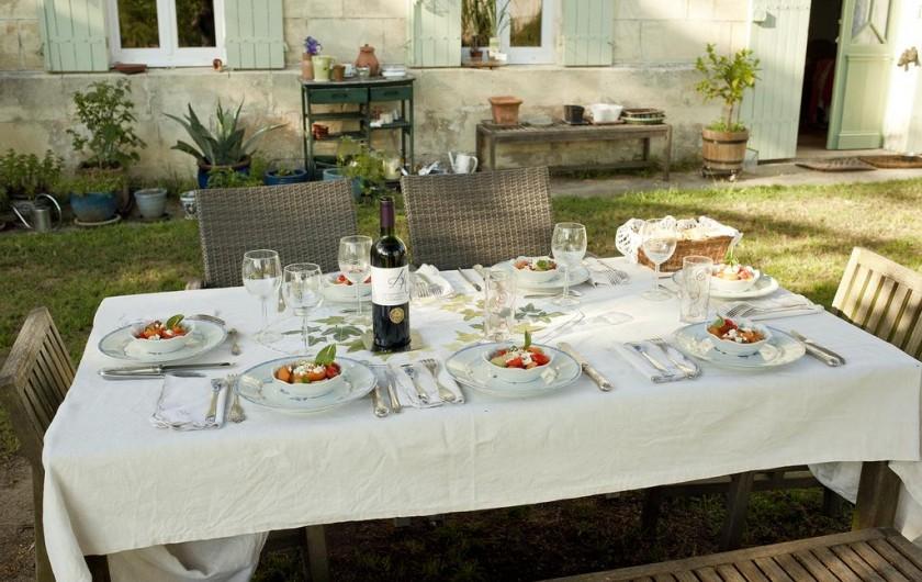 Location de vacances - Chambre d'hôtes à Laruscade - La table dressée pour le dîner