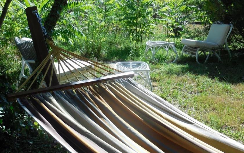 Location de vacances - Chambre d'hôtes à Laruscade - Le coin sieste dans le parc