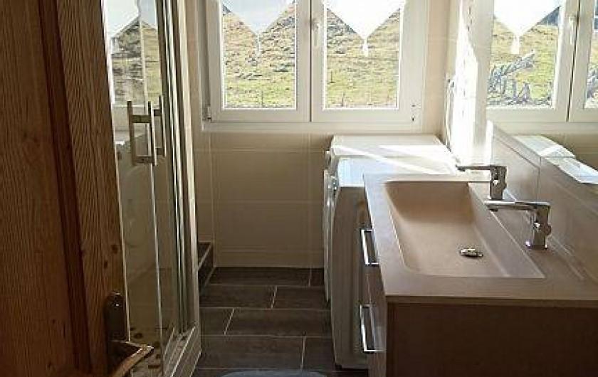 Location de vacances - Appartement à Les Rousses - Salle de bains avec lave linge et sèche linge