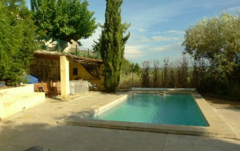 Location de vacances - Maison - Villa à La Rouvière - La piscine avec un abri a gauche pour manger ou jouer aux cartes.