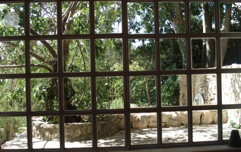 Location de vacances - Maison - Villa à La Rouvière - vue de l'interieur du studio plus precisement du lit double.
