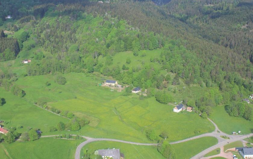 Location de vacances - Gîte à Orbey - La maison vu du ciel. C'est la 3ème au bout du chemin au croisement de la route.