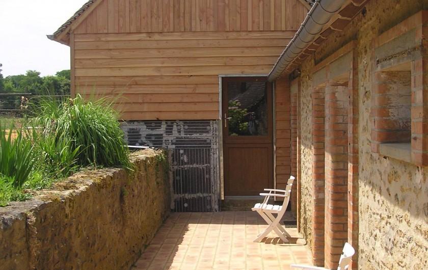 Location de vacances - Chambre d'hôtes à Lombron - accès dépendances face à la maison