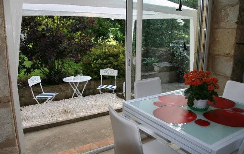 Location de vacances - Gîte à Saint-Vincent-sur-l'Isle - La cuisine ouverte sur la verdure
