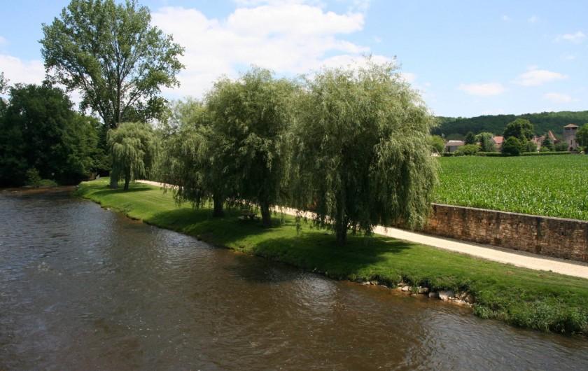 Location de vacances - Gîte à Saint-Vincent-sur-l'Isle - Le village et les bords de l'Isle