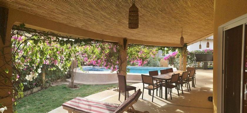 Une large terrasse de 40m² pour de l'ombre à tout heure de la journée ...