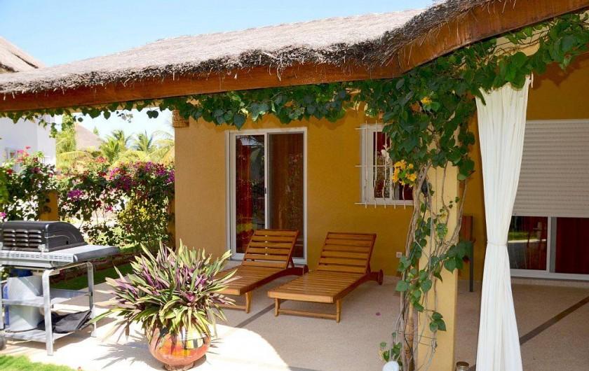 Location de vacances - Villa à Saly - un barbecue à disposition et 4 transats pour le repos
