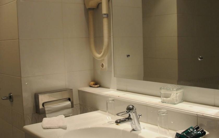 Location de vacances - Hôtel - Auberge à La Roche-Bernard - La salle de bain d'une chambre Standard