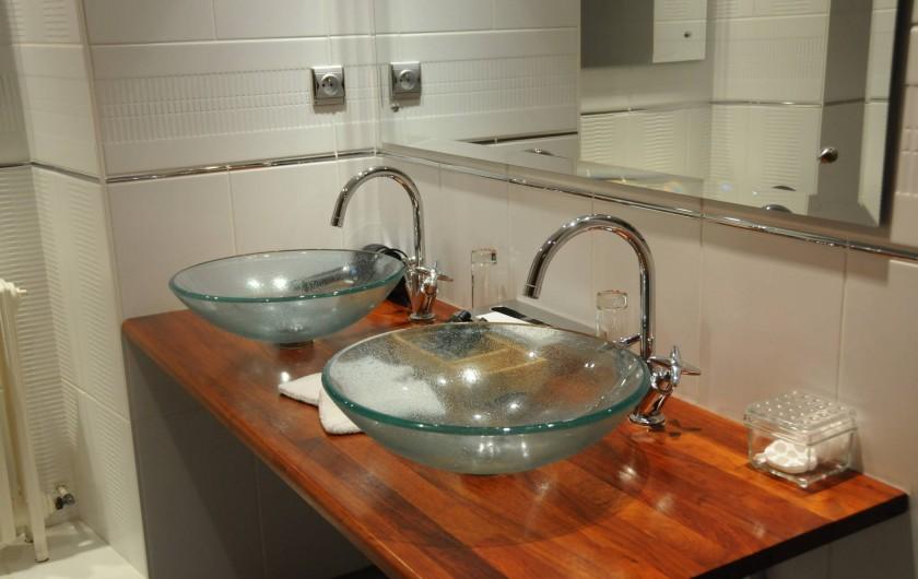 Location de vacances - Hôtel - Auberge à La Roche-Bernard - La salle de bain d'une chambre Supérieure
