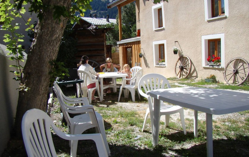 jardin avec tables,barbecue
