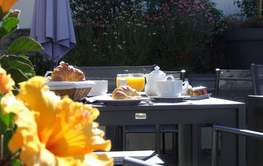 Location de vacances - Hôtel - Auberge à Chagny - Le petit déjeuner en terrasse