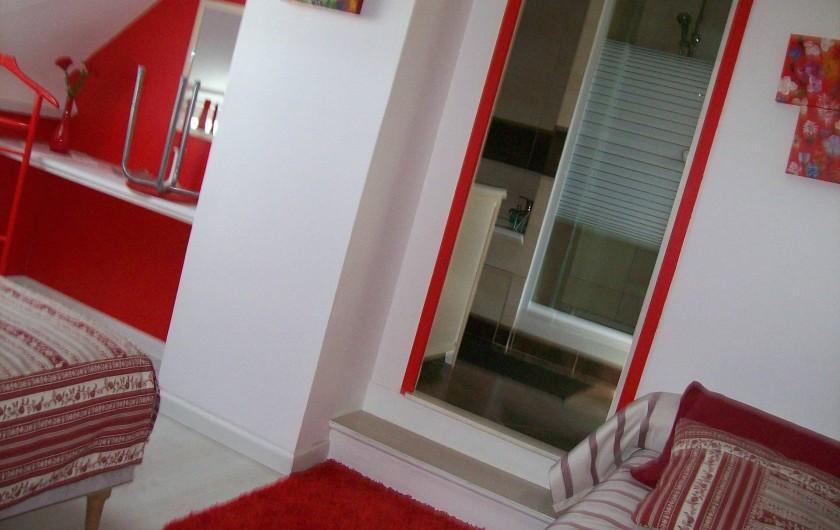 Location de vacances - Gîte à Nonant-le-Pin - chambre 2   vers salle de bain