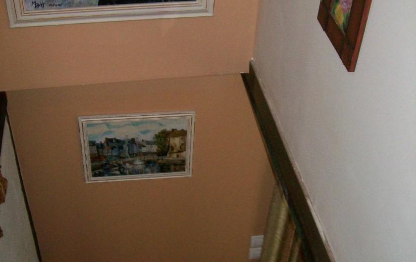 Location de vacances - Gîte à Nonant-le-Pin - escalier vu  du palier  (sécurisé: une barrière bébé)
