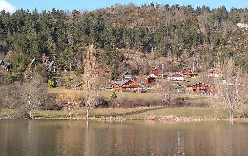 Location de vacances - Villa à Belcaire - lac situé dans le village 500m du gîte