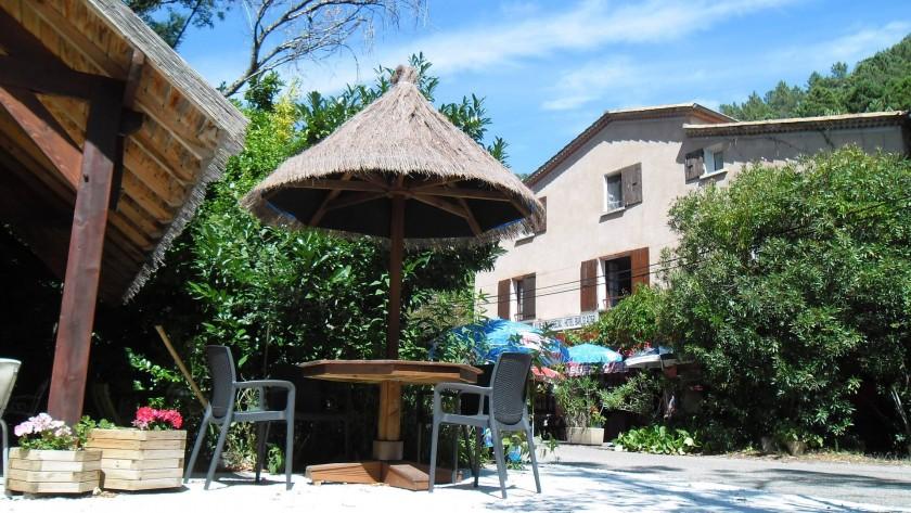Hôtel Au Fil du Chassezac Vue avec la terrasse en face