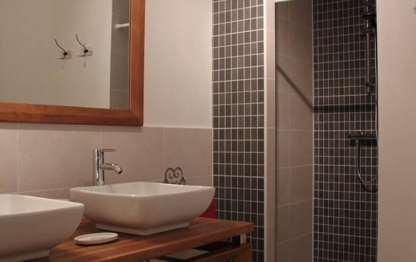 Location de vacances - Gîte à Senouillac - la salle de douche avec ses deux vasques et sa douche à l'italienne.