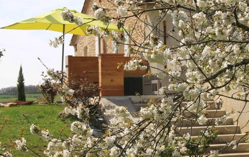 Location de vacances - Gîte à Senouillac - le gîte, côté Est de la maison. Entrée et terrasse indépendantes