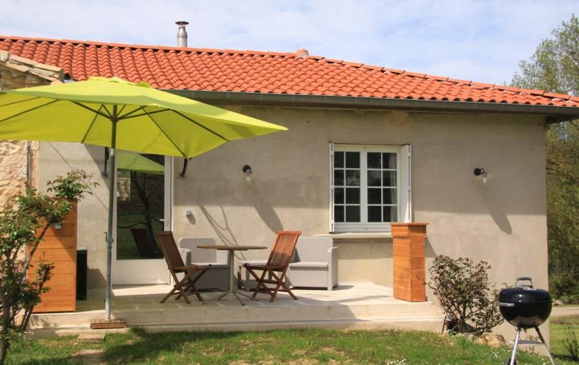 Location de vacances - Gîte à Senouillac - le gite : la terrasse avec sa table de jardin, ses fauteuils et son barbecue