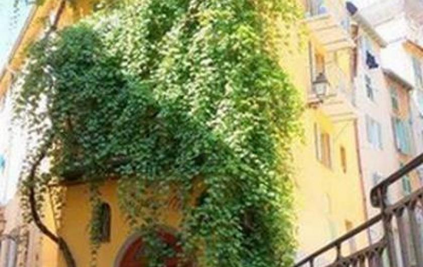 Location de vacances - Studio à Nice - Vue de la Treille (peinte par Raoul Dufy) en contrebas de la rue