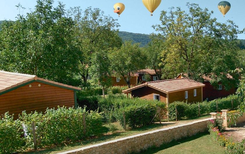 Location de vacances - Chalet à Sarlat-la-Canéda - Le parc, envol de mongolfière en été