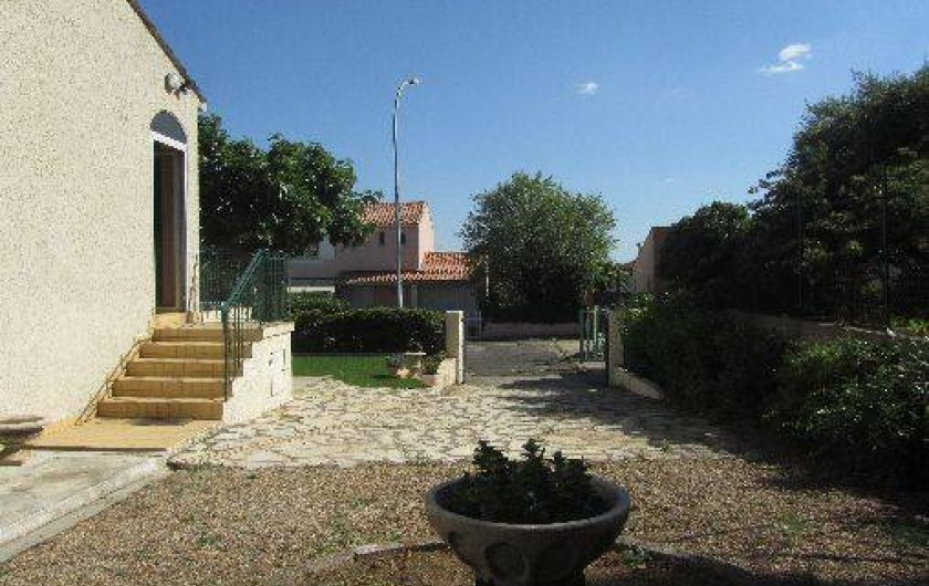 Location de vacances - Gîte à Puimisson - La cour sur le côté de la maison