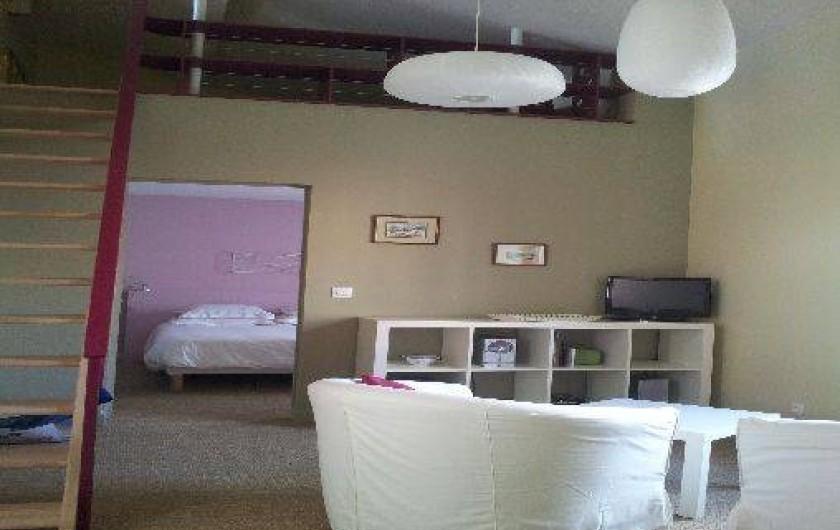 Location de vacances - Gîte à Châtel-Guyon - Le living avec accès à la mezzanine (chambre ado) et accès à la terrasse