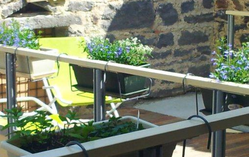 """Location de vacances - Gîte à Châtel-Guyon - la terrasse sans vis à vis pour un """"repas plancha"""" ou une petite sieste"""