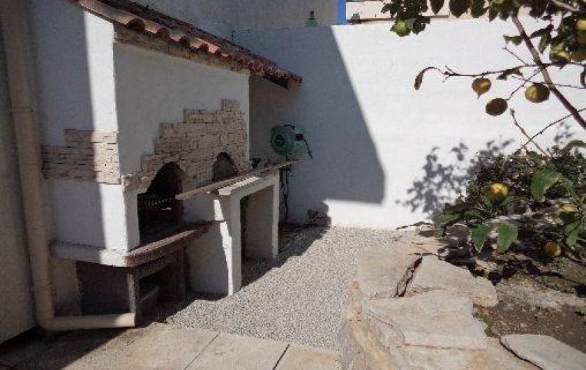 Location de vacances - Villa à Sète - espace barbecue dans le jardin
