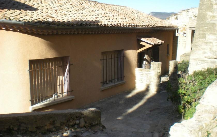 Location de vacances - Villa à Le Barroux - La façade et la ruelle qui sépare du château