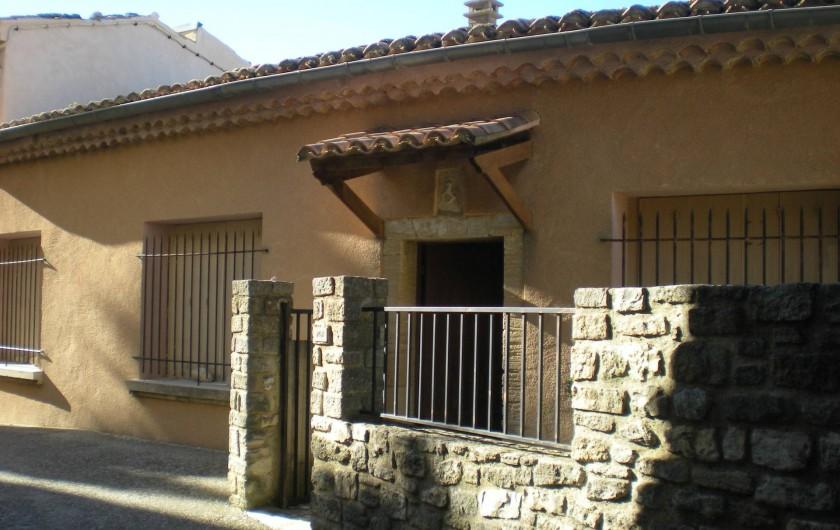 Location de vacances - Villa à Le Barroux - L'entrée sa marquise et coure fermée, avec plan de lavande et romarin