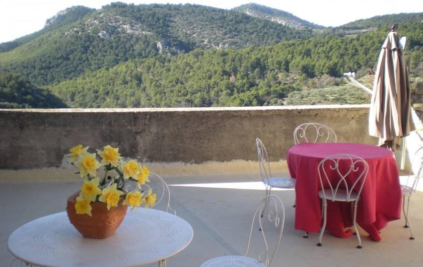 Location de vacances - Villa à Le Barroux - La terrasse ,tables bistrot 4 fauteuils 4 chaises parasol relaxes et barbecue.