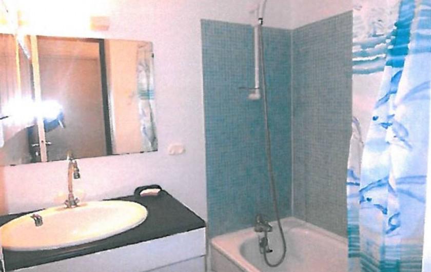Location de vacances - Appartement à Carnon-Plage - Salle de bain avec baignoire, séparée des toilettes.
