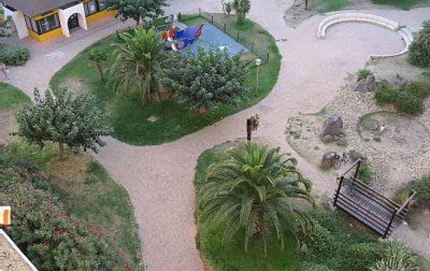 Location de vacances - Appartement à Carnon-Plage - Vue du Parc avec aire de jeu,  visible de la terrasse du studio.