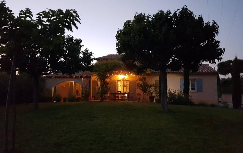 Location de vacances - Villa à Saint-Pierre-de-Vassols - Vue Villa soirée