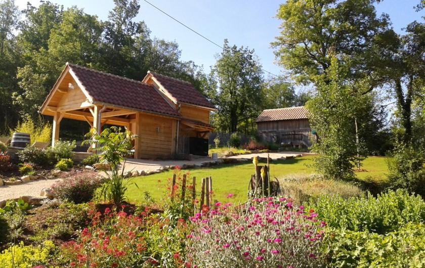 Location de vacances - Villa à Salviac - Le jardin entre la maison et la piscine