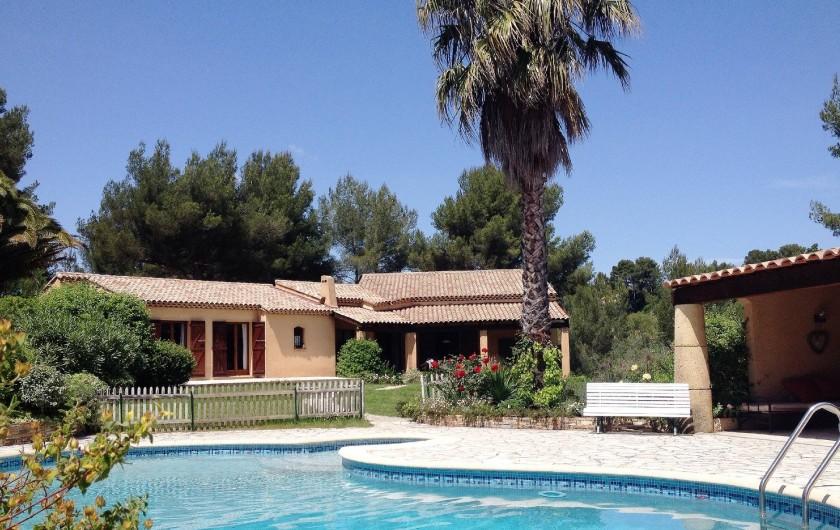 Location de vacances - Villa à Le Castellet - Espace piscine et pelouse