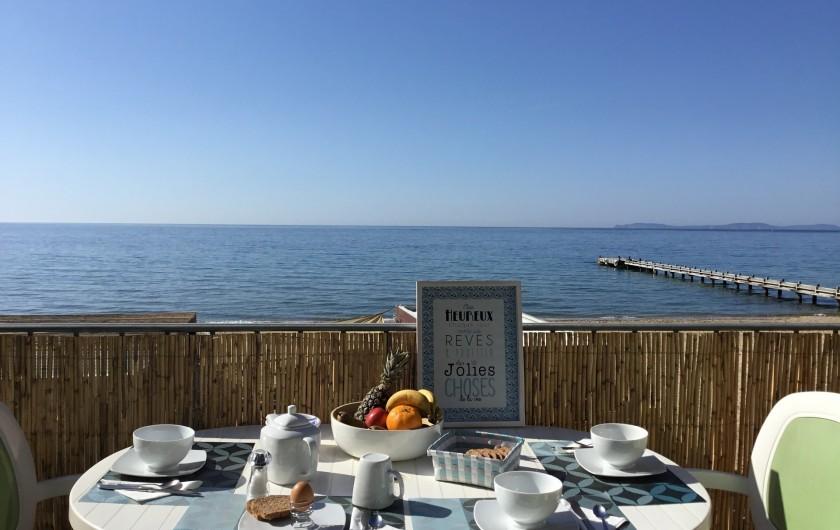 Location de vacances - Appartement à La Croix-Valmer - Avec une vue panoramique à 180° sur la mer et les Iles d'Or imprenable,