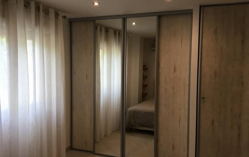 Location de vacances - Appartement à La Croix-Valmer - et avec de grand placards de rangement. (T4)