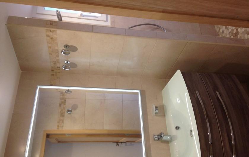 Location de vacances - Appartement à La Croix-Valmer - 2 salles d'eau avec douche et lavabo.