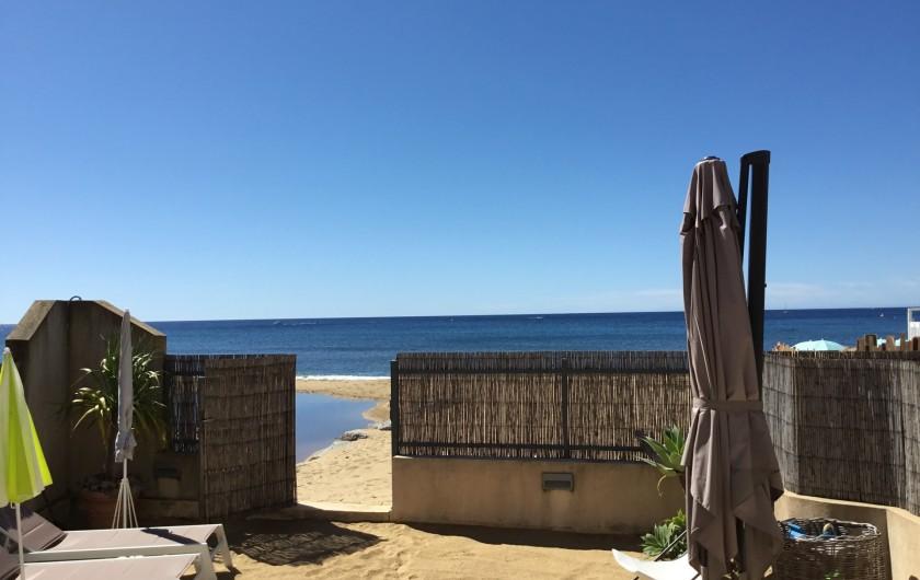 Location de vacances - Appartement à La Croix-Valmer - et un portillon permettant un accès direct sur la plage et à la mer.
