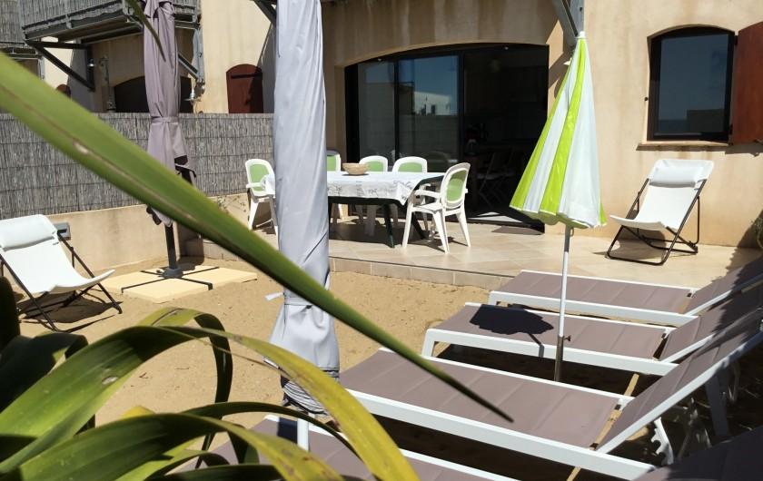Location de vacances - Appartement à La Croix-Valmer - Le T4 de 69 m2 est en rez de plage, avec un jardin de sable, privatif,de 50 m2,