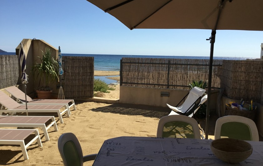 Location de vacances - Appartement à La Croix-Valmer - un grand parasol déporté, une table, des chaises,