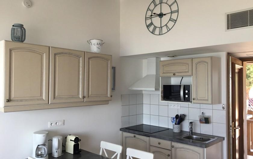 Location de vacances - Appartement à La Croix-Valmer - Plaque induction 3 feux, frigo américain, lave-vaisselle, micro ondes,...