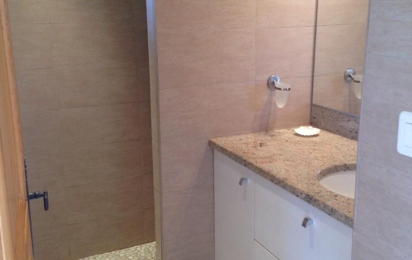 Location de vacances - Appartement à La Croix-Valmer - Une salle d'eau avec une douche à l'italienne, WC séparé.