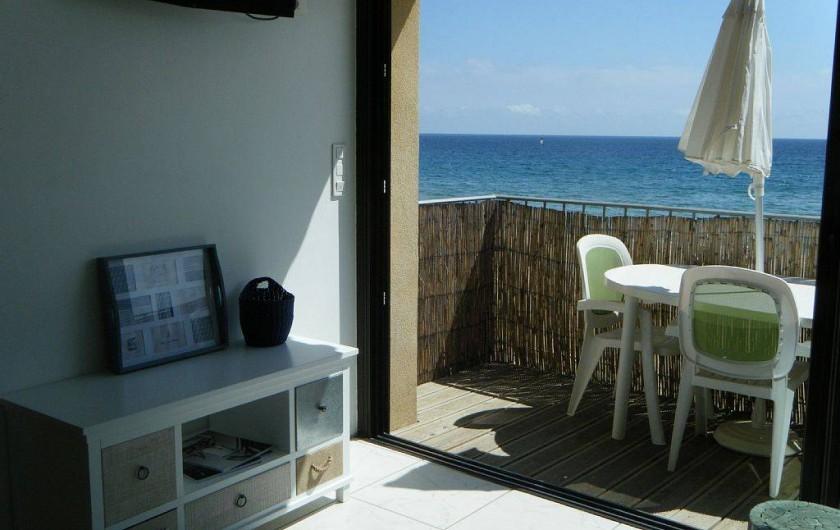 Location de vacances - Appartement à La Croix-Valmer - Le T3 de 38 m2 est en balcon au 1er étage avec table, chaises et parasol.