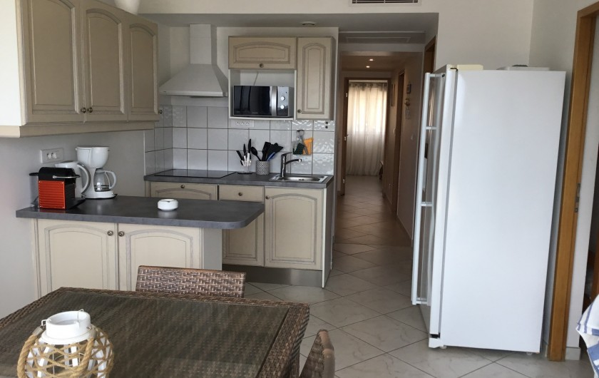 Location de vacances - Appartement à La Croix-Valmer - et le confort de l'appartement à côté. Cuisine très bien équipée :
