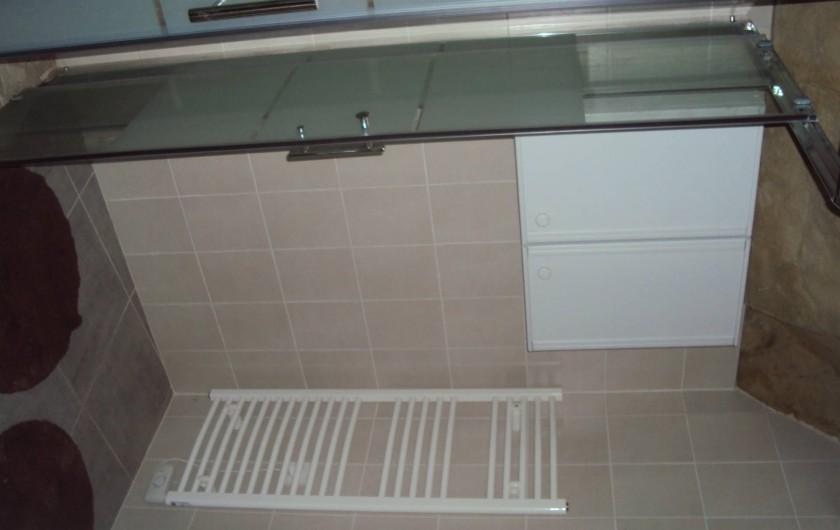 Location de vacances - Gîte à Dénezé-sous-Doué - salle de bain  avec douche italienne  et WC séparé