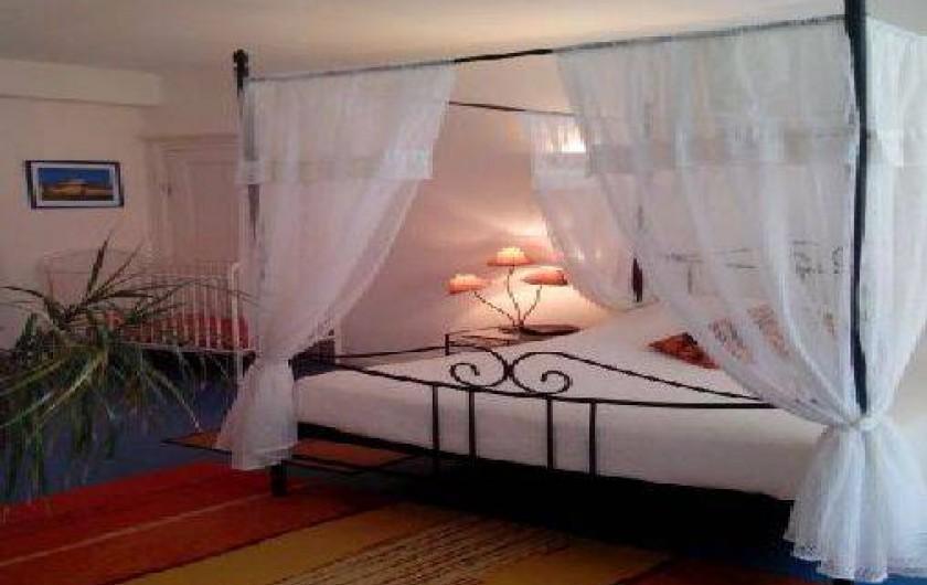 Location de vacances - Gîte à Fénétrange - lit chambre 1 et lit bébé